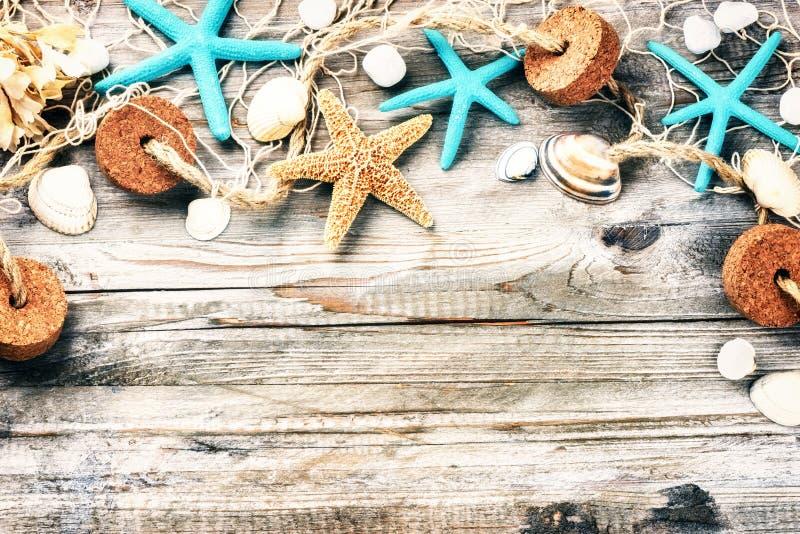 Sommerferienrahmen mit Muscheln und Fischernetz lizenzfreie stockfotos