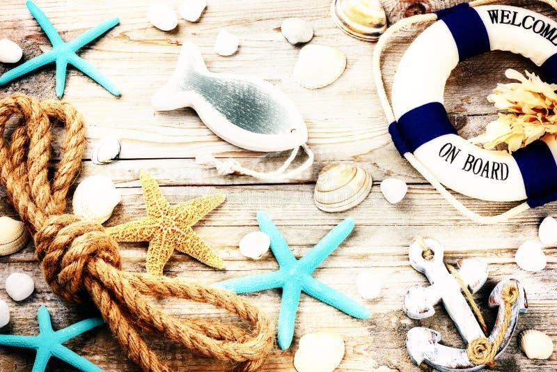 Sommerferienrahmen mit Muscheln und Strandzubehör stockbilder