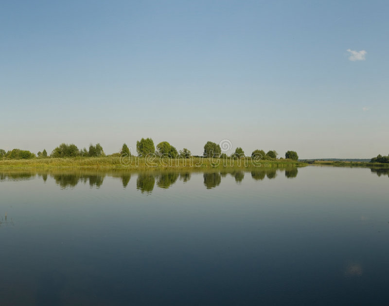 Sommerfluß, leises Wasser lizenzfreies stockbild