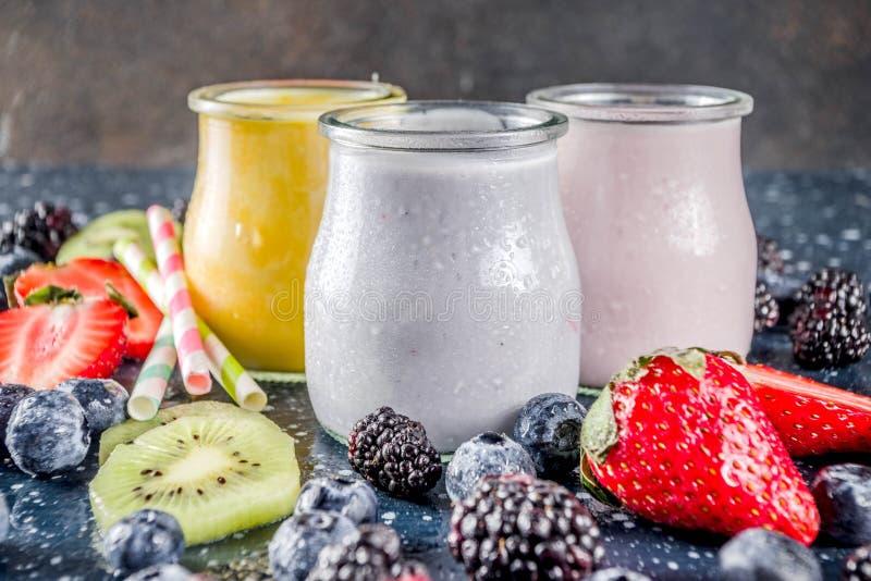 Sommerfrüchte und -beeren Smoothie stockfotos