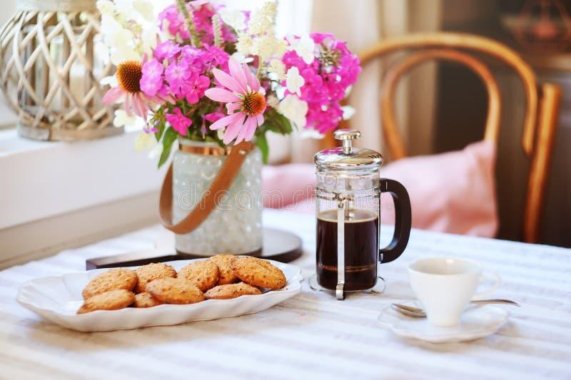 Sommerfrühstück im gemütlichen Landhaus Tabelle mit Blumenstrauß von Blumen von eigenem Garten, französische Presse mit Kaffee un stockfotos