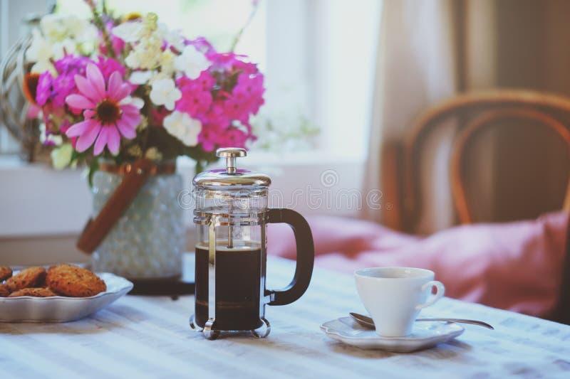 Sommerfrühstück im gemütlichen Landhaus Tabelle mit Blumenstrauß von Blumen von eigenem Garten, französische Presse mit Kaffee un lizenzfreies stockbild