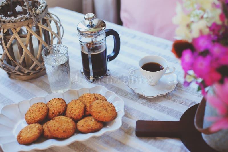 Sommerfrühstück im gemütlichen Landhaus Tabelle mit Blumenstrauß von Blumen von eigenem Garten, französische Presse mit Kaffee un lizenzfreie stockbilder