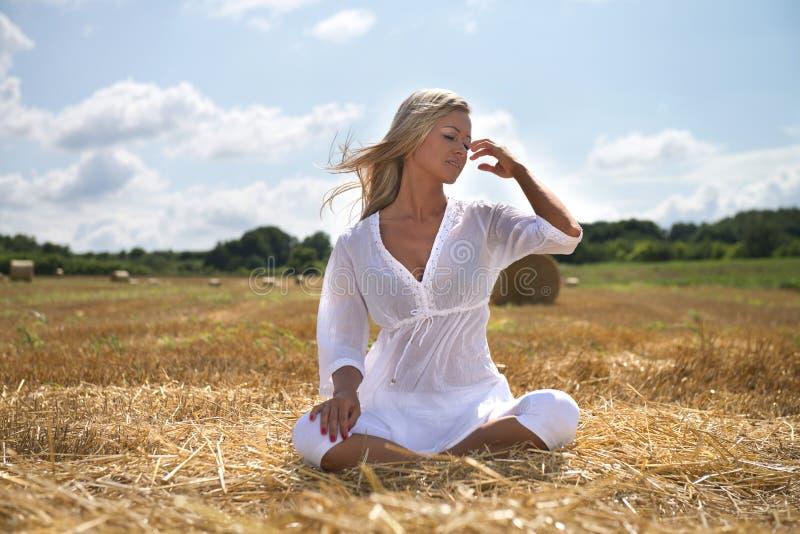 Sommerfrau auf dem Bauernhofgebiet lizenzfreie stockfotos
