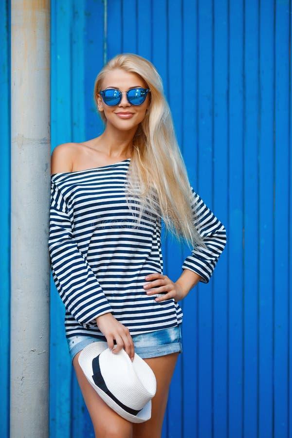 Sommerfrauenporträt auf blauem Hintergrund stockfoto