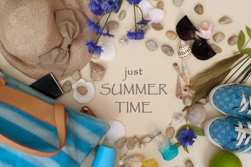 Sommerfreizeit zitiert Kleidungsstrandkleidung der Frauen für Feiertag leisuare Freizeitreisezusatzmuschel-Sonnenbrille smartpho stockfoto