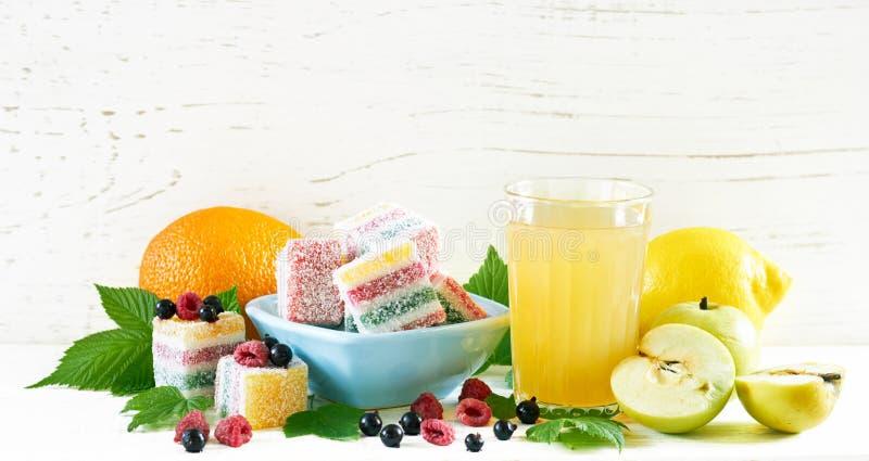 Sommerfrucht und -beere marmelade mit Apfelsaft, Zitrone und orange nahe gelegenem stockfoto