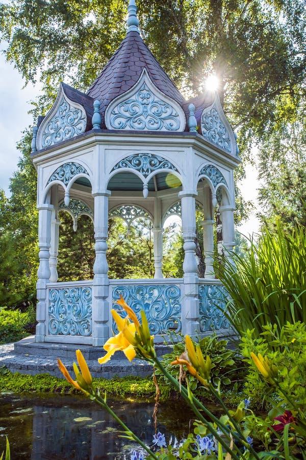 Download Sommergarten mit Nische stockbild. Bild von leuchte, nave - 90236233