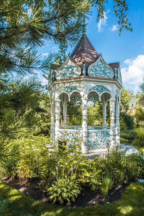 Download Sommergarten mit Nische stockbild. Bild von sommer, leuchte - 90236313