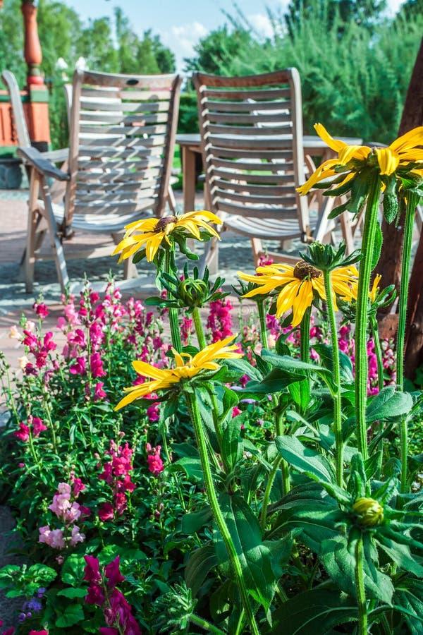 Download Sommergarten und -Holzhaus stockbild. Bild von froh, häuschen - 90237345