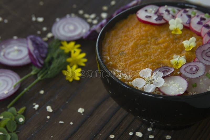 Sommergemüsecremesuppe verzierte Blumen und Gemüse lizenzfreie stockfotos