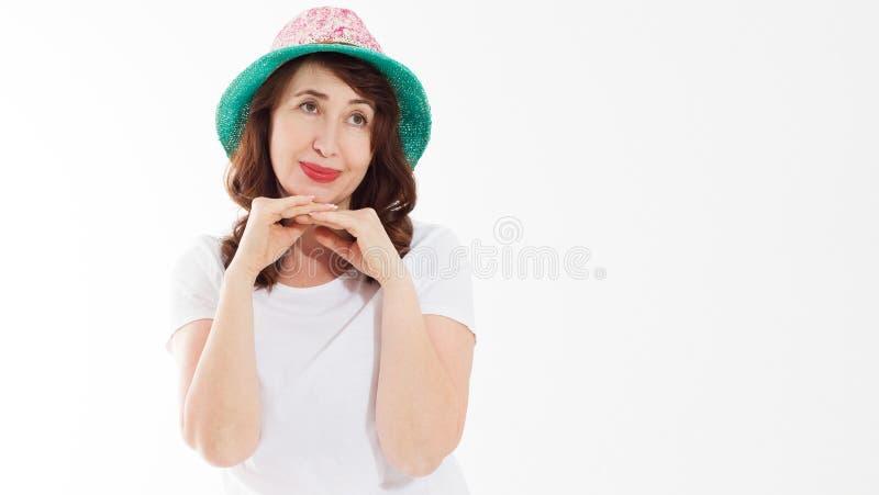 Sommergesichts-Hautschutz der Antifalte alternder Mittelalterfrau im Strandhut und Make-up im wei?en Schablonent-shirt lokalisier lizenzfreie stockfotografie