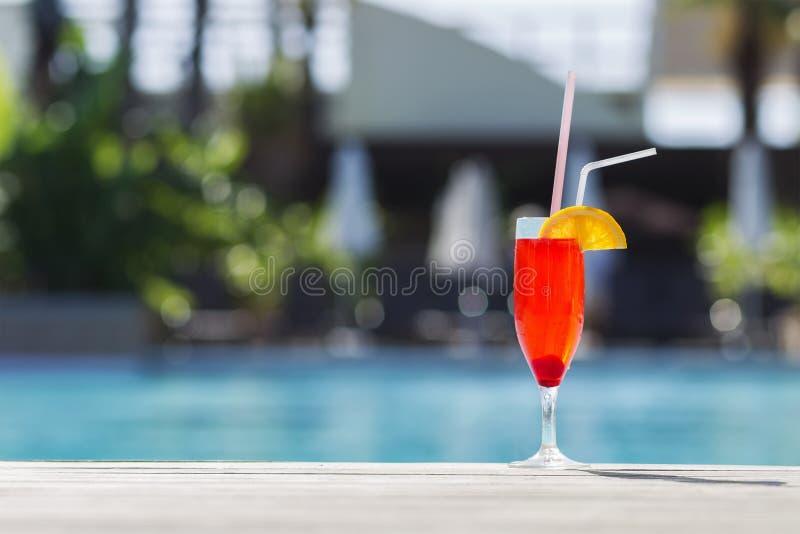 Sommergetränk mit Unschärfestrand auf Hintergrund lizenzfreie stockfotografie