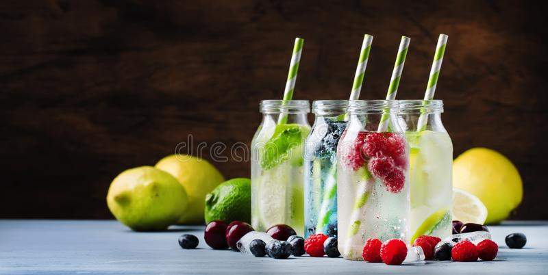 Sommergetr?nke eingestellt Beere, Frucht und nicht alkoholische erneuernde eiskalte Getränke und Cocktails der Zitrusfrucht in de lizenzfreie stockfotografie