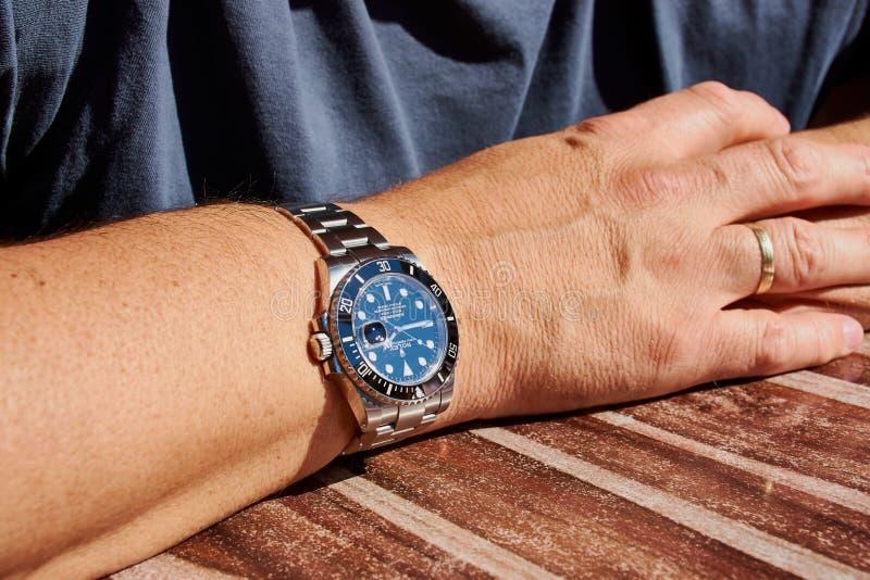 Sommergibilista di Rolex su un braccio dei manfotografia stock