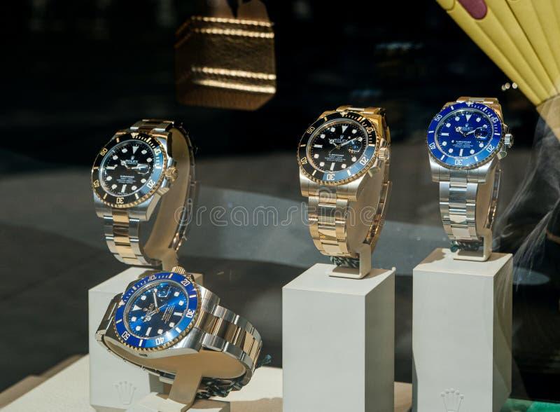 Sommergibilista svizzero di lusso di Rolex dell'orologio nel commerciante ufficiale della finestra della vetrina immagini stock