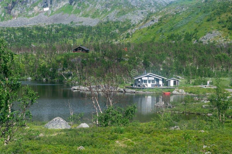 Sommerhäuschen auf dem See in den Bergen, Schweden lizenzfreies stockfoto