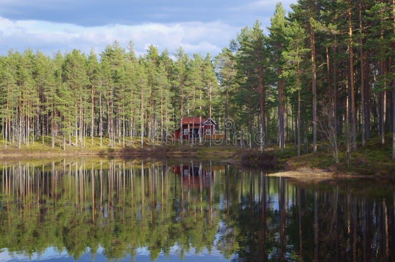 Sommerhaus auf einem See lizenzfreie stockfotografie
