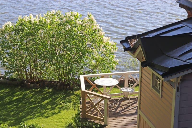 Sommerhaus am Rand von einem See stockbild