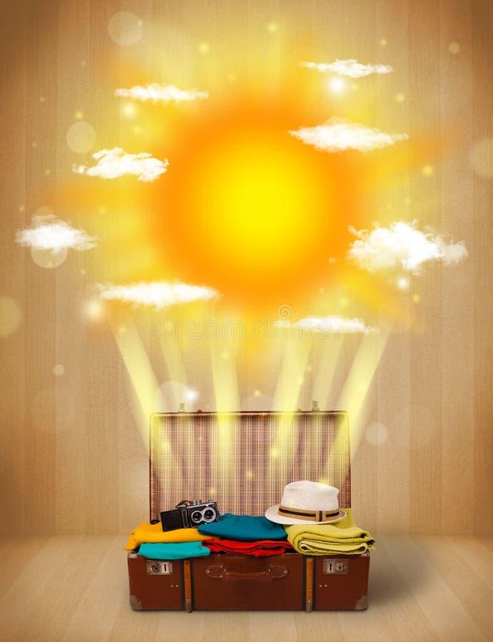 Sommerheller sonnenschein mit Wolken und touristischer Tasche stockfotos