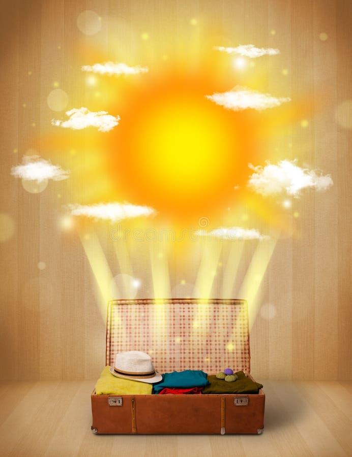 Sommerheller sonnenschein mit Wolken und touristischer Tasche lizenzfreie stockfotos