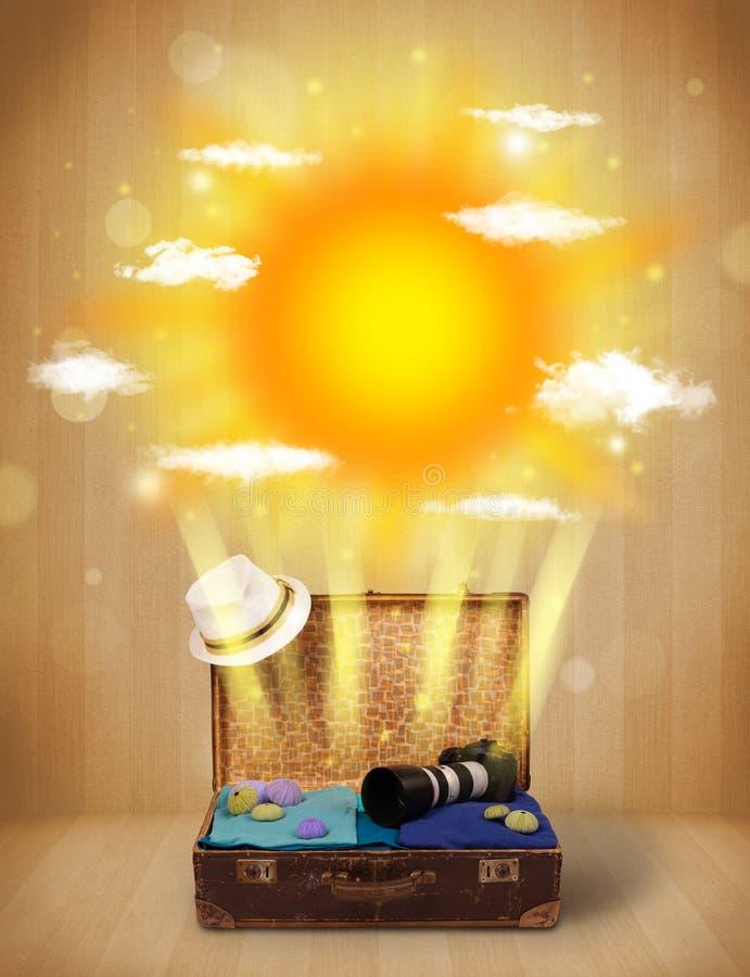 Sommerheller sonnenschein mit Wolken und touristischer Tasche lizenzfreies stockbild