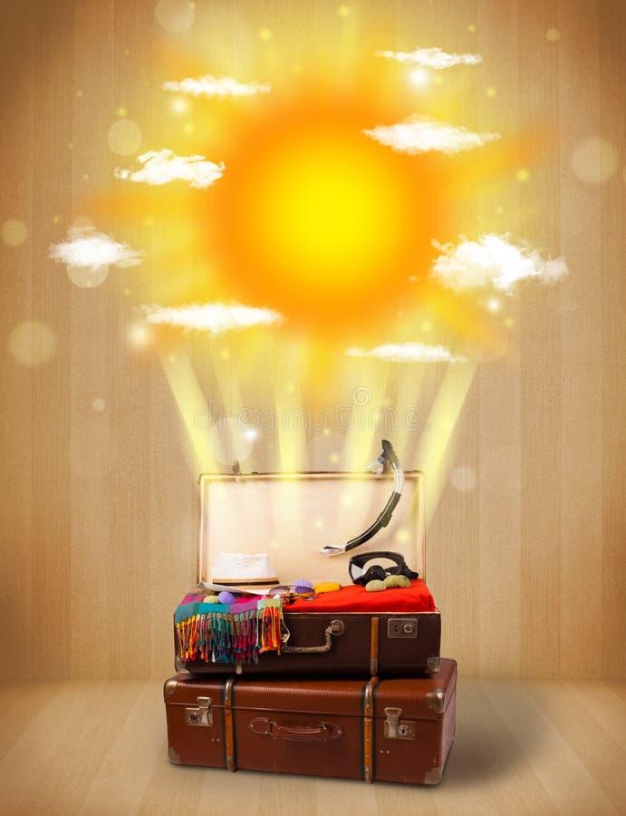 Sommerheller sonnenschein mit Wolken und touristischer Tasche stockfoto