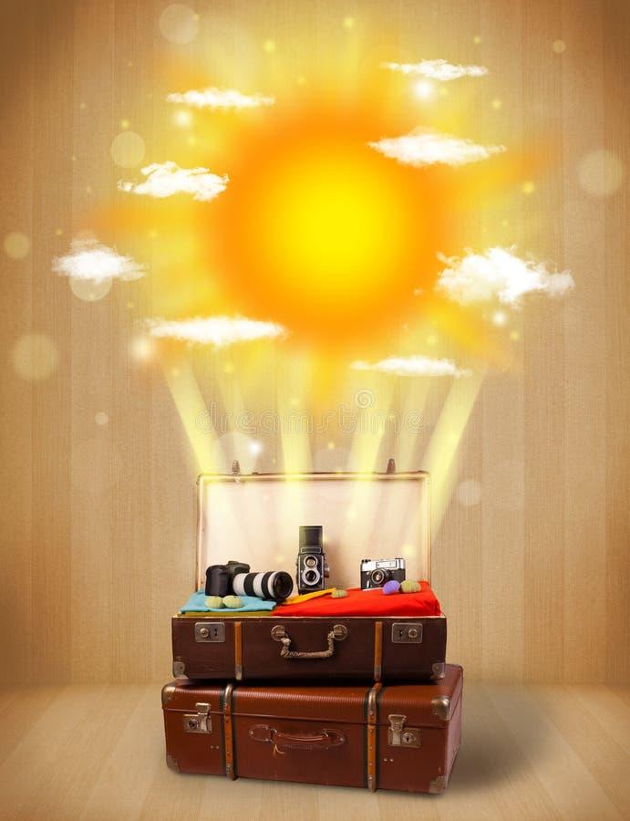 Sommerheller sonnenschein mit Wolken und touristischer Tasche stockfotografie