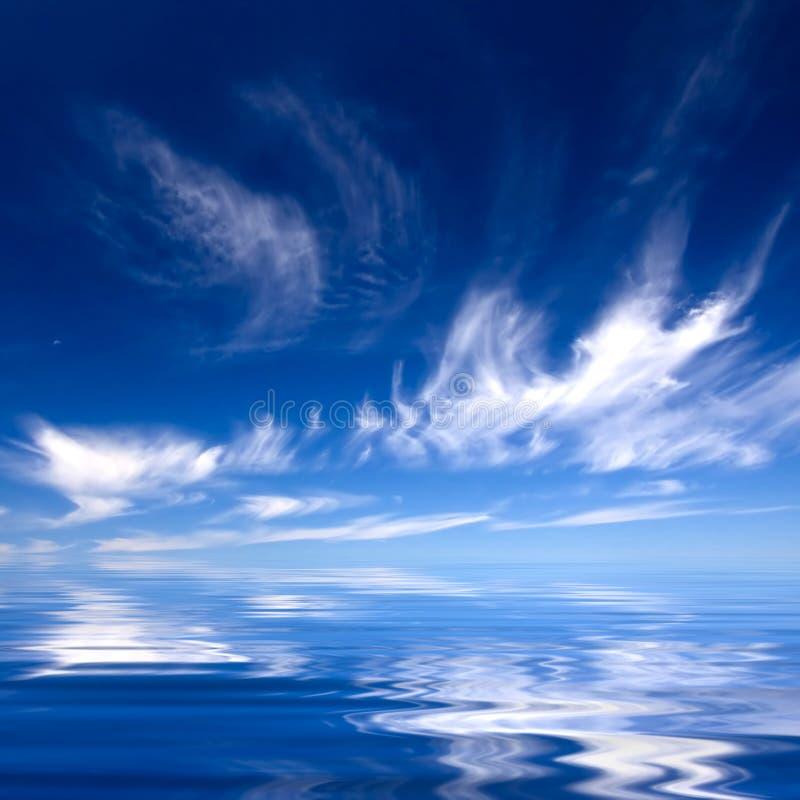 Sommerhintergrund mit blauem Wasser und Himmel stockfotos