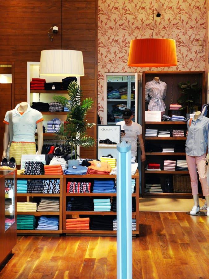 Sommerkleidungsboutiquenfrauen und -männer an der Mall Baneasa-Einkaufsstadt, Rumänien stockbilder