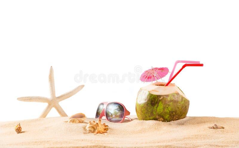 Sommerkokosnusscocktail auf dem Strand lizenzfreies stockbild