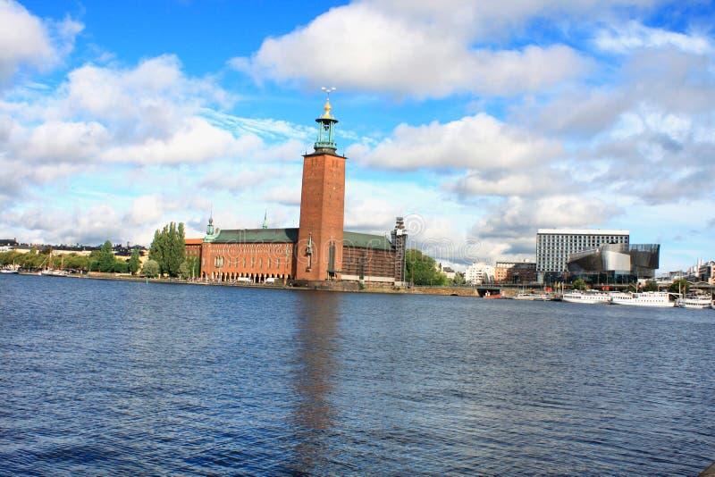 Sommerlandschaft der alten Stadt und der tawn Halle in Stockholm, Schwede stockbild