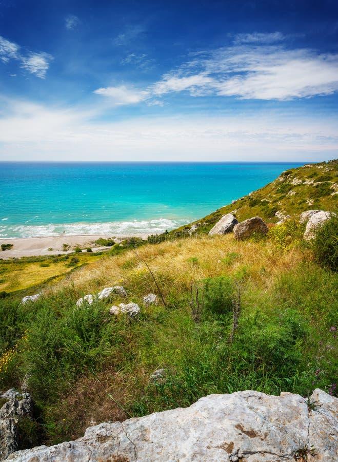 Sommerlandschaft mit Hügel, grünem Meer und blauem Himmel lizenzfreie stockfotografie