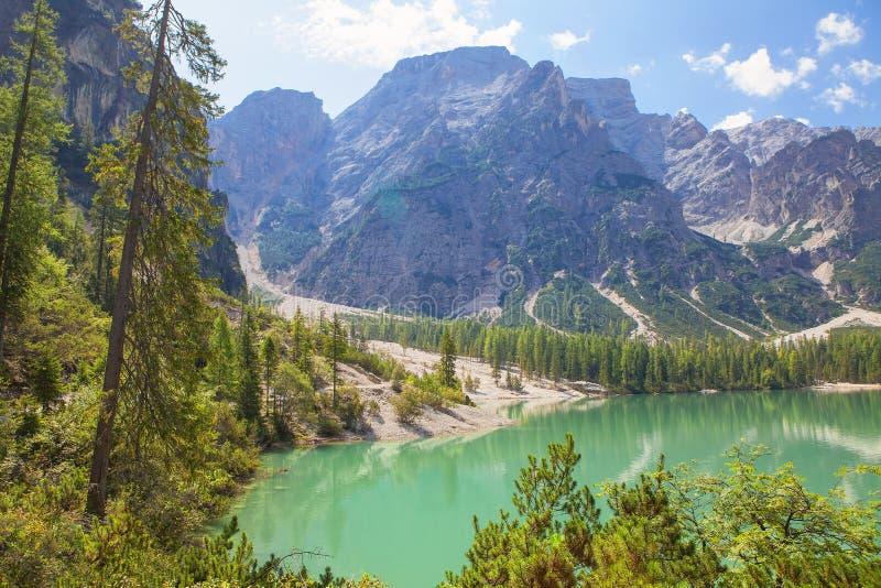 Sommerlandschaft mit See und Bergen stockfotografie
