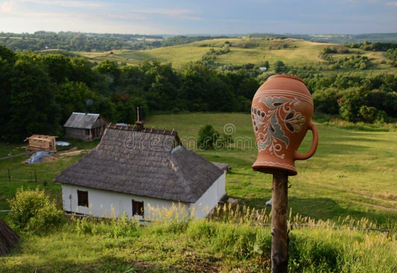 Sommerlandschaft mit Staubstraßen unter hohen grünen Hügeln lizenzfreie stockfotos