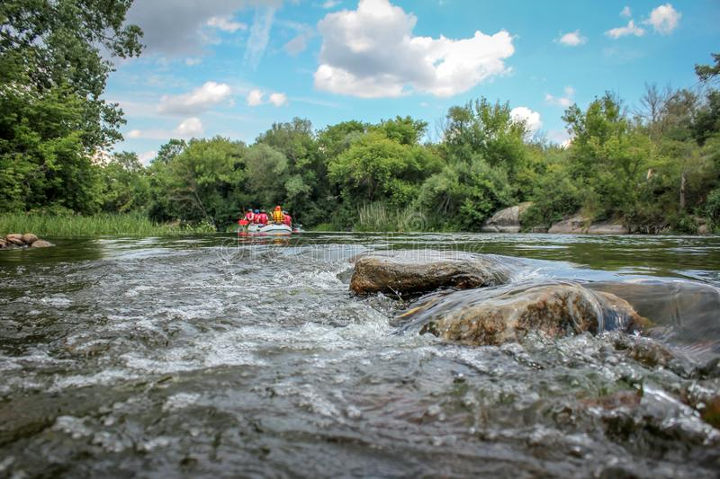 Sommerlandschaftssteine im Fluss stockfotos