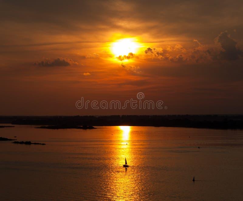 Sommerlandschaftsszenischer brennender Sonnenuntergang über ruhigem Fluss stockbilder