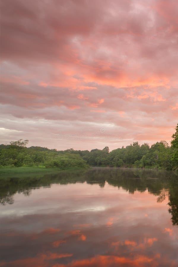 Sommerlandschaftsszenischer brennender Sonnenuntergang über ruhigem Fluss lizenzfreies stockbild