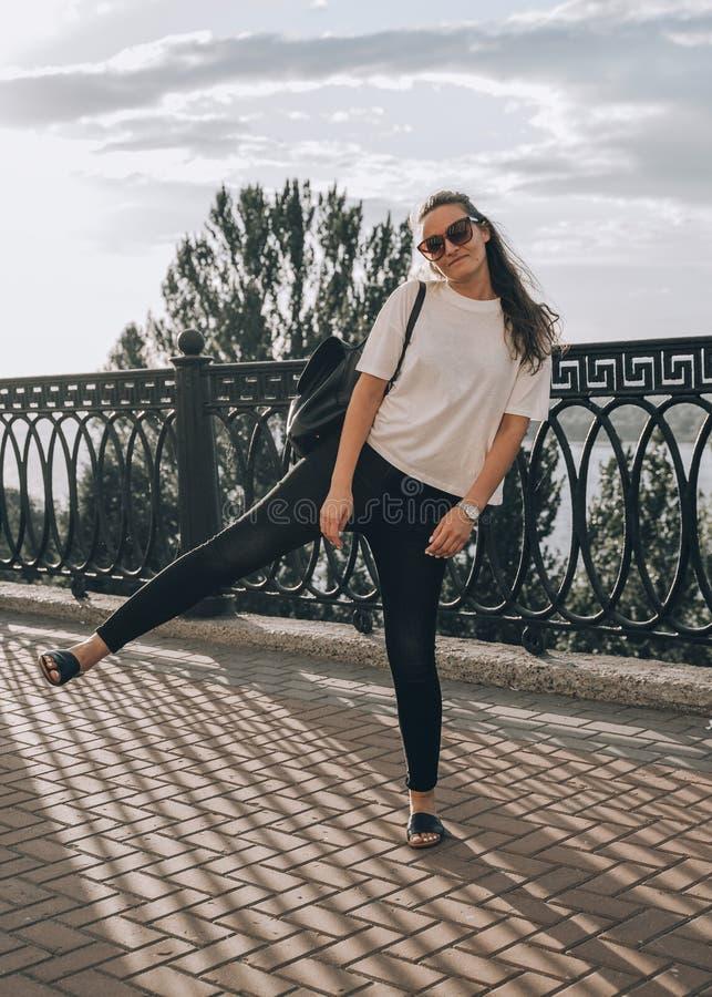 Sommerlebensstilbild im Freien der jungen hübschen Hippie-Frau, die Spaß, hörende Musik hat und auf die Straße, Stadtzentrum tanz lizenzfreie stockfotografie