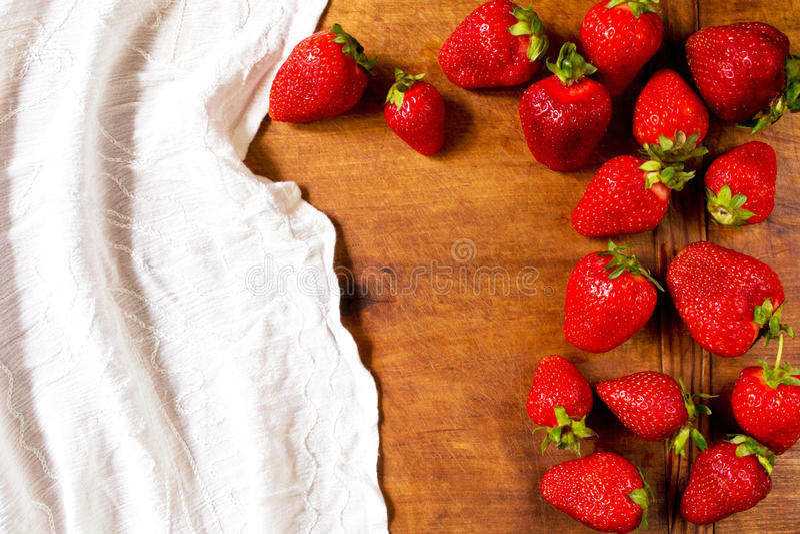 Sommerliche Erdbeeren stockbilder