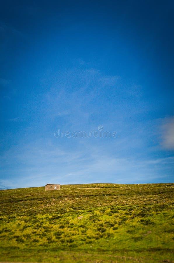 Sommerliche Halle auf einem Berg in Schottland lizenzfreie stockfotografie