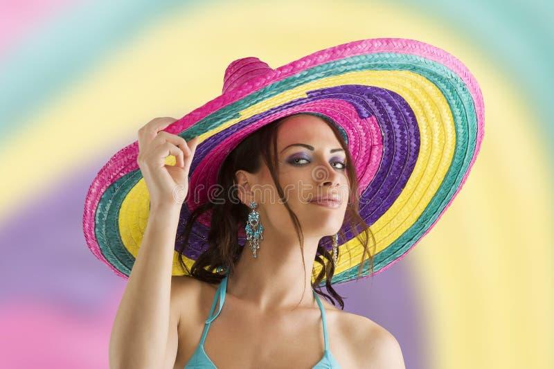 Sommermädchen mit Sombrero lizenzfreies stockbild