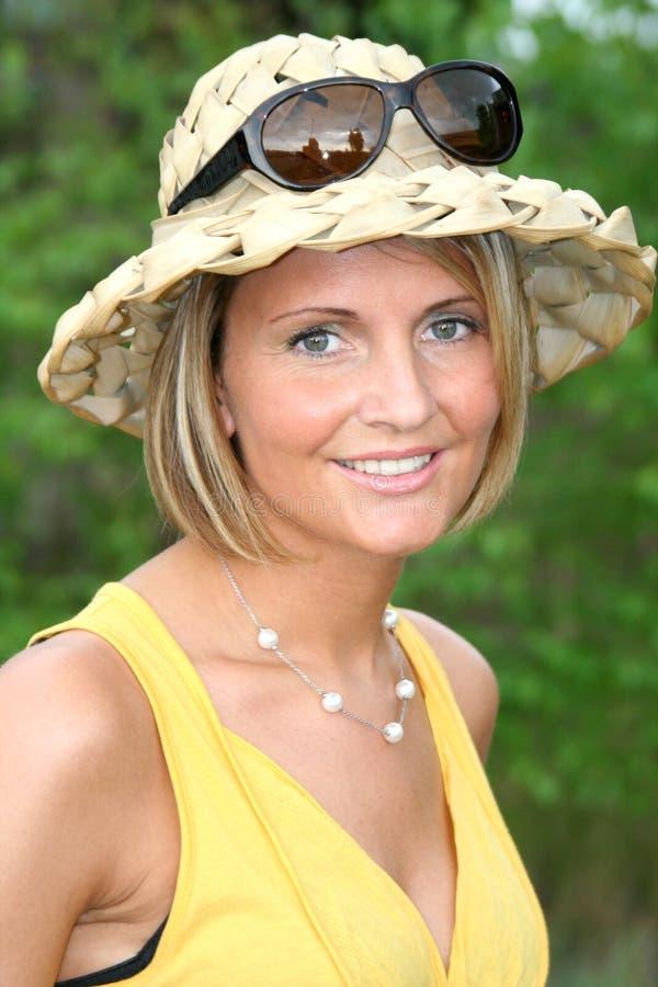 Sommermädchen mit Sonnegläsern stockfotografie