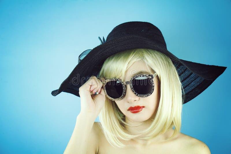 Sommermädchen, stilvolles schönes Modell der jungen Frau des Zaubers mit den roten Lippen und Hippie-Sonnenbrille lizenzfreies stockbild
