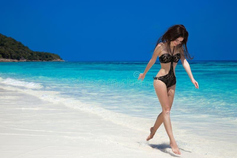 Sommermädchenferien Glückliche Frau, die auf exotisches läuft und springt lizenzfreies stockbild
