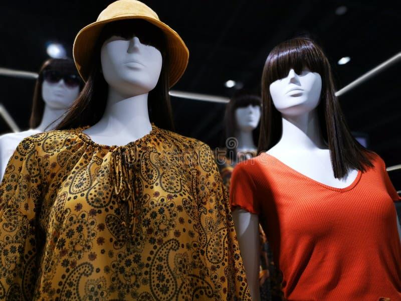 Sommermodeattrappe - Kleidung für Frauen stockfotografie