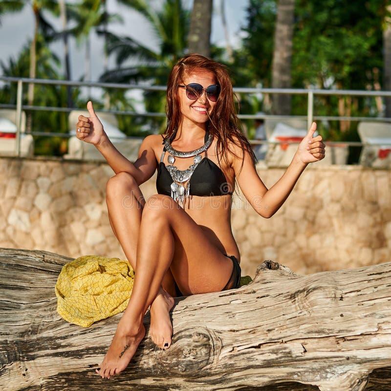 Sommermodeporträt im Freien der recht sexy jungen Frau im Bi stockfoto