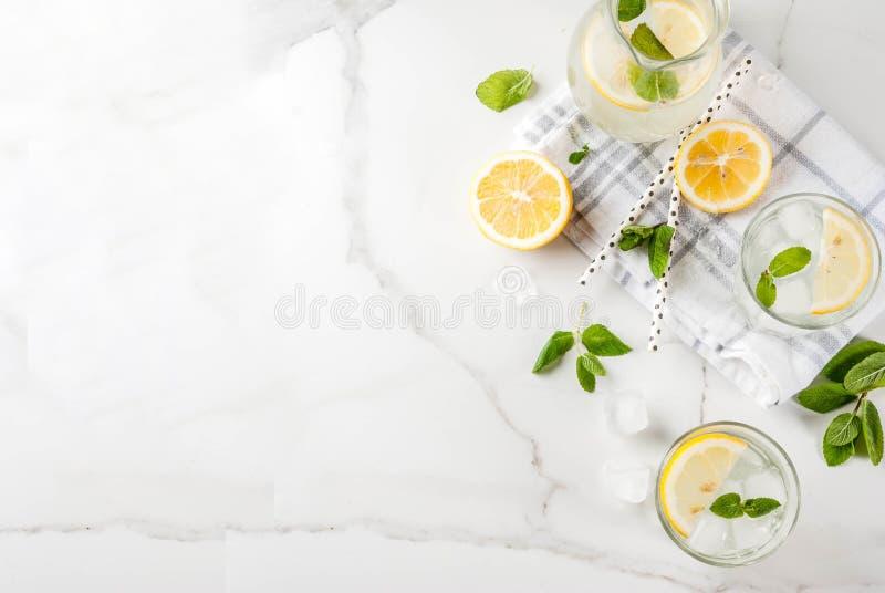 Sommermojito oder -limonade lizenzfreies stockfoto