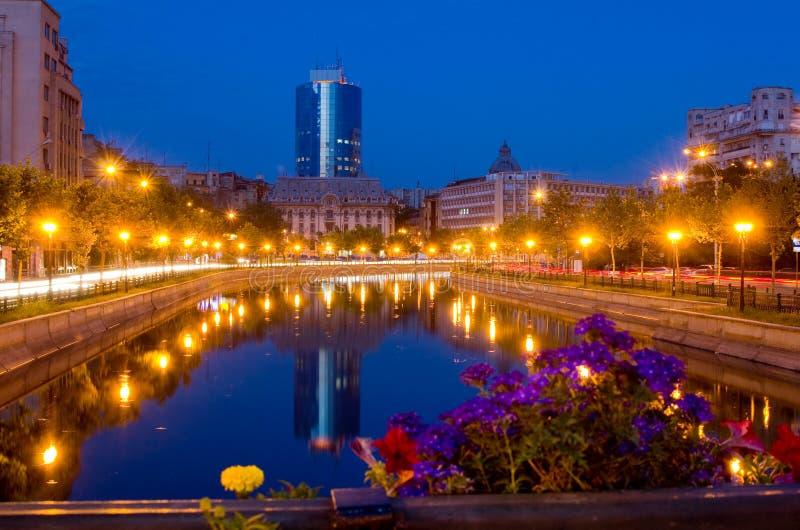 Sommernacht in Bucharest lizenzfreie stockfotos
