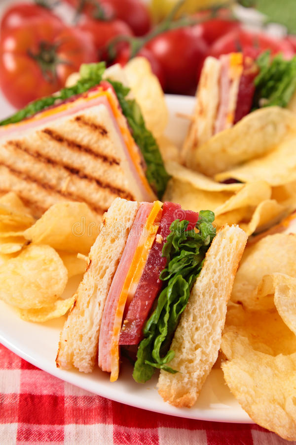 Sommerpicknick-Club Sandwich Schinken und Käse, Kartoffelchips stockbild